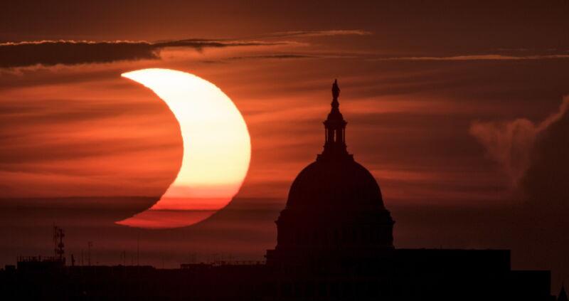 Częściowe zaćmienie Słońca w Stanach Zjednoczonych (PAP/EPA/NASA HANDOUT/Bill Ingalls)