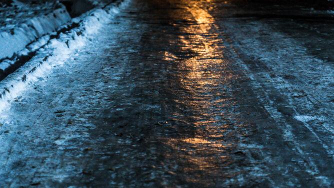Spadnie śnieg, pojawią się przymrozki i zrobi się niebezpiecznie ślisko. Są ostrzeżenia IMGW