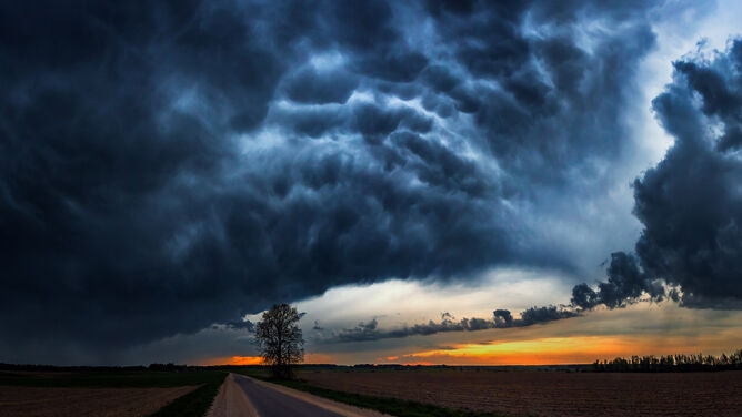 Radykalna zmiana pogody. <br />Ulewy, gwałtowne burze i grad